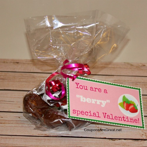 Making your own hocolate covered strawberries gift for Valentines Day is easy and cost effective.